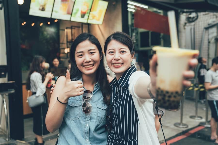 日本「2019年人氣商品BEST30」,原創自台灣的珍珠奶茶強勢拿下第2名。圖為2位女性來台旅遊,開心買珍珠奶茶暢飲。(達志影像/shutterstock)