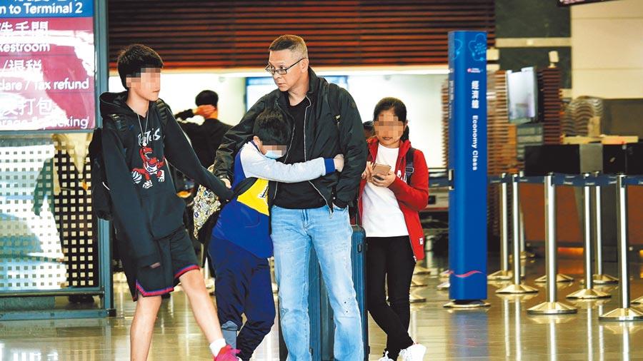 何如芸的兩個兒子準備回新加坡念書,分居中的老公王敏錡親送兒子到機場。(時報周刊提供)