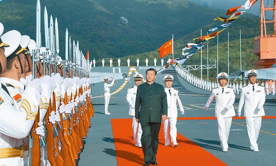 中共中央總書記、國家主席、中央軍委主席習近平出席交接入列儀式並登艦視察。這是儀式結束後,習近平登上山東艦,檢閱儀仗隊。