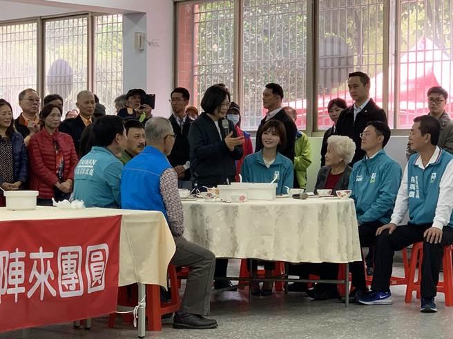 蔡英文總統20日上午來三重替余天站台時表示,「反滲透法」的確立與選舉無關,單純是希望台灣能避免遭受中國滲透。(張睿廷攝)