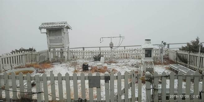 玉山20日飄初雪。(玉山氣象站提供/廖志晃南投傳真)