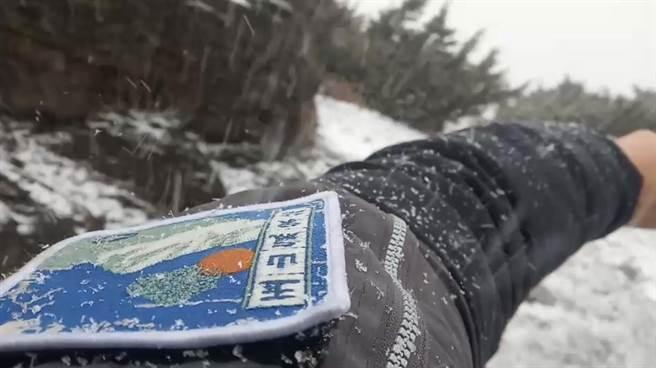 玉山下雪了!(玉山氣象站提供/廖志晃南投傳真)
