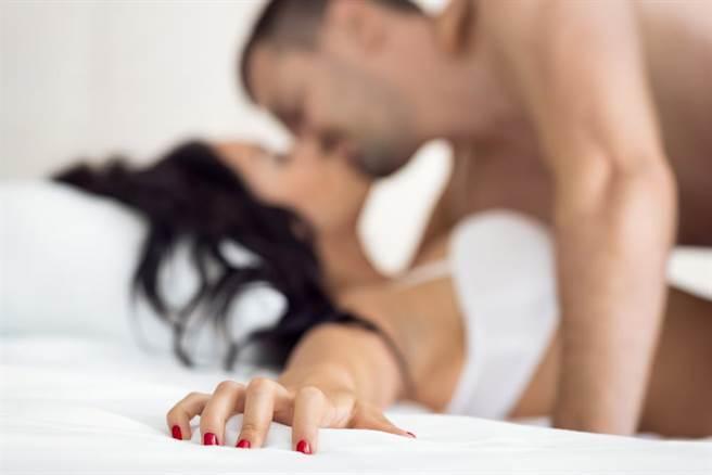 女大生邀男友入香閨一撮羞羞毛壞了興致。(示意圖/達志影像/shutterstock提供)