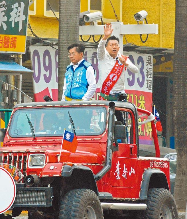 國民黨立委候選人葉壽山(右)啟動車隊遊行,並端出觀光政見、爭取選民認同。(林和生攝)