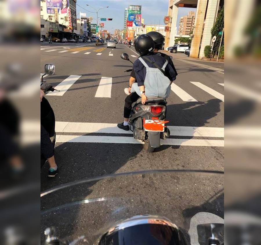 路上情侶雙載「雙腿交疊」網傻眼(圖/摘自臉書《爆怨公社》)