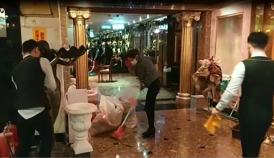 北市東區最高檔的便服酒店「龍亨」酒店遭大批黑衣人砸店鬧事,警方昨天深夜傳喚10名涉案男子到案。(讀者提供)