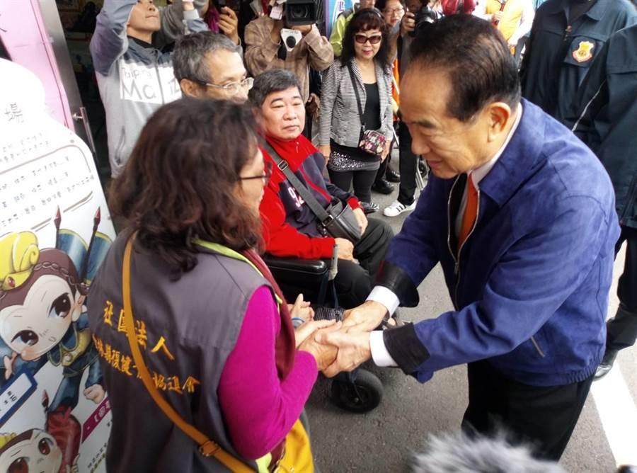 親民黨總統候選人宋楚瑜上午到雲林關懷身心障友,對於民進黨力推的《反滲透法》,他認為既不可行,也做不到。(許素惠攝)
