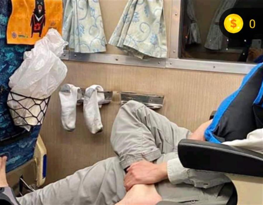 噁男在火車內將襪子晾在杯架上,被拍下後上網引起鄉民砲轟。(圖/翻攝自臉書社團爆料公社)