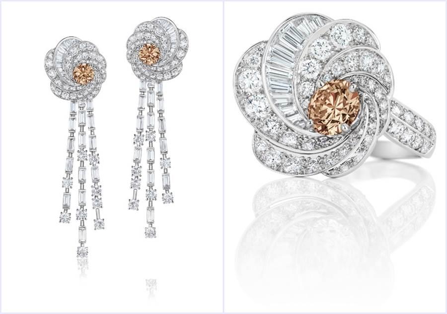 De Beers Aria:左/高级珠寶褐鑽耳環 白金與白鑽、褐鑽交相輝映,鑽石總重20.38克拉;右/褐鑽戒指,白金與白鑽、褐鑽交相輝映,鑽石總重6.21克拉。(圖/品牌提供)