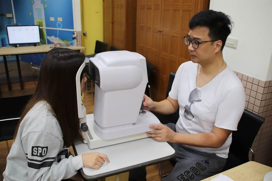 高雄市新莊高中於20日舉辦「新莊福報 亮眼關懷」活動,為高雄市17所高中小一百多位弱勢學生配戴全新的眼鏡。(洪浩軒攝)