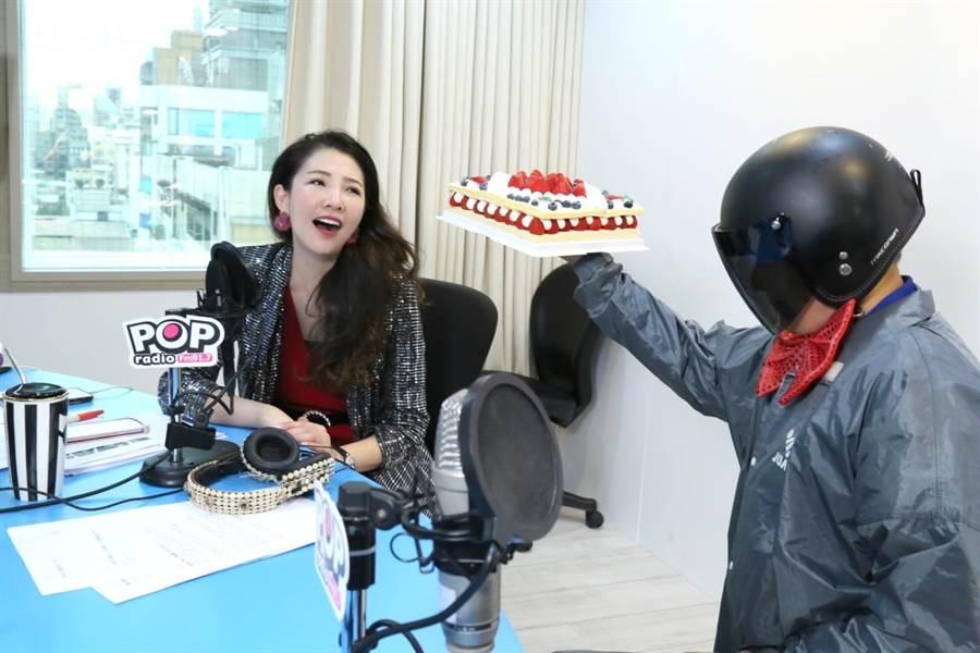 蔡詩萍(右)喬裝成外送員直闖林書煒(左)節目現場,更送上生日蛋糕,讓林書煒又驚又喜。(POP Radio提供)