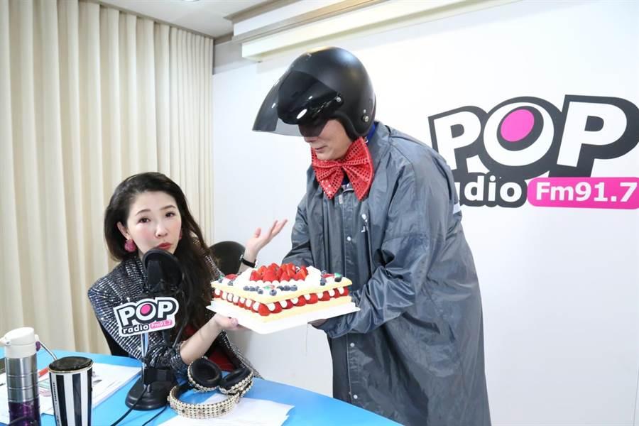林書煒在《POP最正點》聽眾見證下許下生日願望,呼籲老公蔡詩萍(右)把家中打掃乾淨。(POP Radio提供)