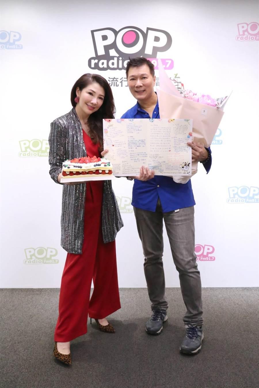 蔡詩萍(右)甜蜜送上鮮花及蛋糕為林書煒(左)慶生,POP Radio同仁也獻上大卡片感謝書煒台長平時的照顧。(POP Radio提供)