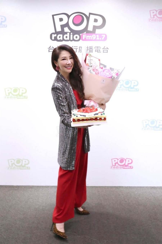 POP Radio台長林書煒20日開心慶祝生日。(POP Radio提供)
