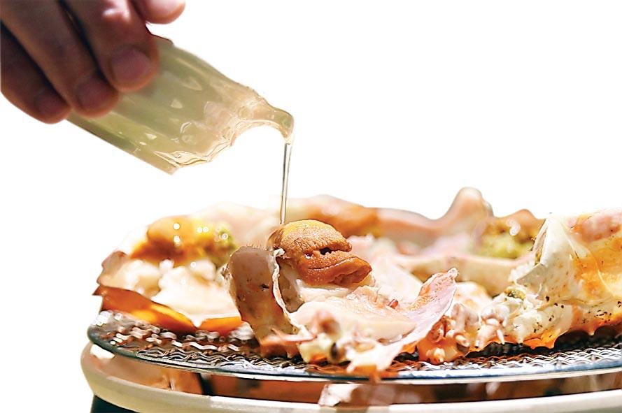 〈活體鱈場蟹甲羅燒〉是以鱈場蟹蓋當盛器,將蟹肉與蟹膏放在殼中在烤網上烤熟,並用松葉蟹味噌和香柚提味添香,最上面並放了海膽。圖/姚舜