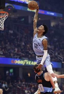 NBA》全美震驚!莫蘭特飛越洛夫爆扣
