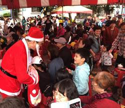 台北》耶誕節將到來 費鴻泰扮耶誕老公公贈送糖果提前慶耶誕