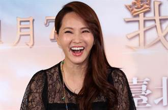 高喊:我是中國人 伊能靜教3歲愛女唱《我愛北京天安門》