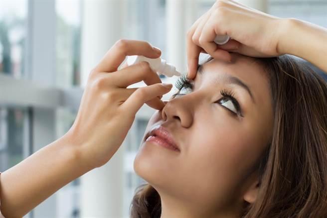 經常使用智慧型手機、平板電腦等3C產品,持續目不轉睛、眨眼次數減少,就容易出現乾眼的症狀。此為示意圖。(達志影像/shutterstock)