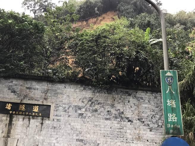 基隆市府先以頂版攔阻土石,搶修穩定邊坡。(許家寧翻攝)