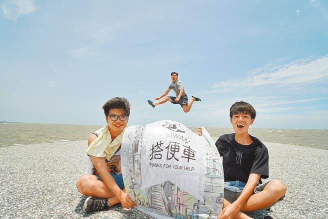 2017年林子竣(右)讀靜宜大學時,與學校同學一起搭便車環島,並探視各地街友。(林子竣提供/林志成台北傳真)