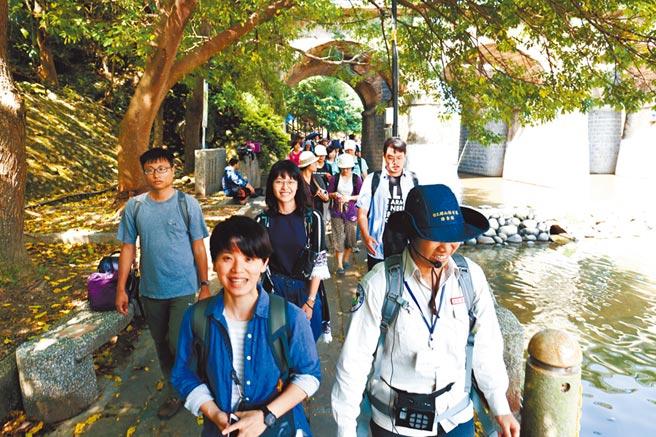 陳胤竹(前排左)現在負責教育部青年署新竹關西青年壯遊點營運策畫,她帶領民眾認識關西小鎮。(陳胤竹提供/林志成台北傳真)