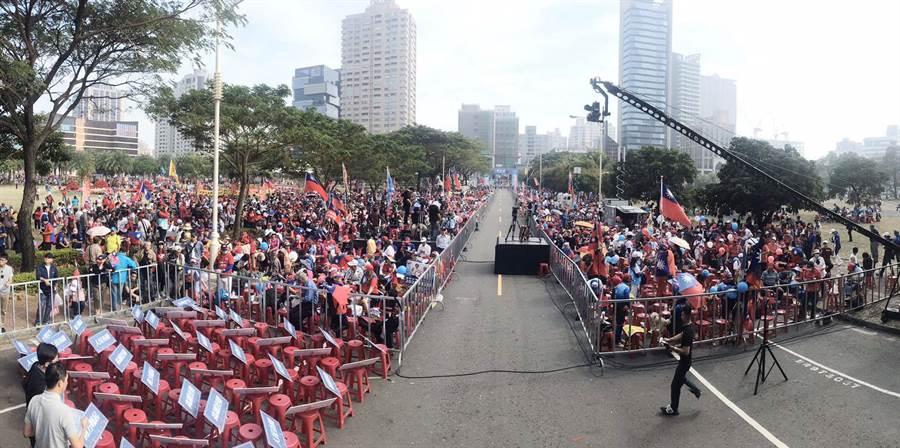 挺韓「南方崛起高雄周年慶」遊行21日下午1點11分即將開走,高雄凹仔底公園一早就聚集大批支持者。(林宏聰攝)