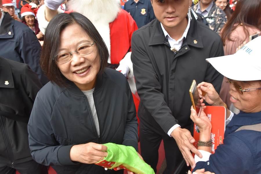 蔡英文總統(左)21日前往六福村主題樂園,與來自全台的社福團體、孩子共度溫馨佳節。(莊旻靜攝)