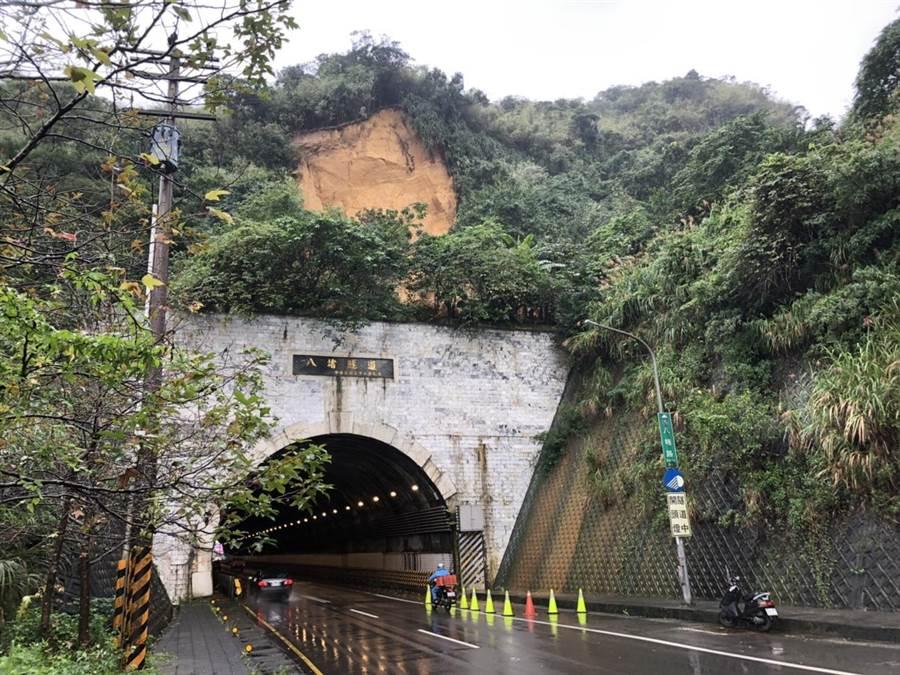 八堵隧道中午驚傳上方邊坡崩塌,市府研判暫無石土崩落疑慮。(許家寧翻攝)