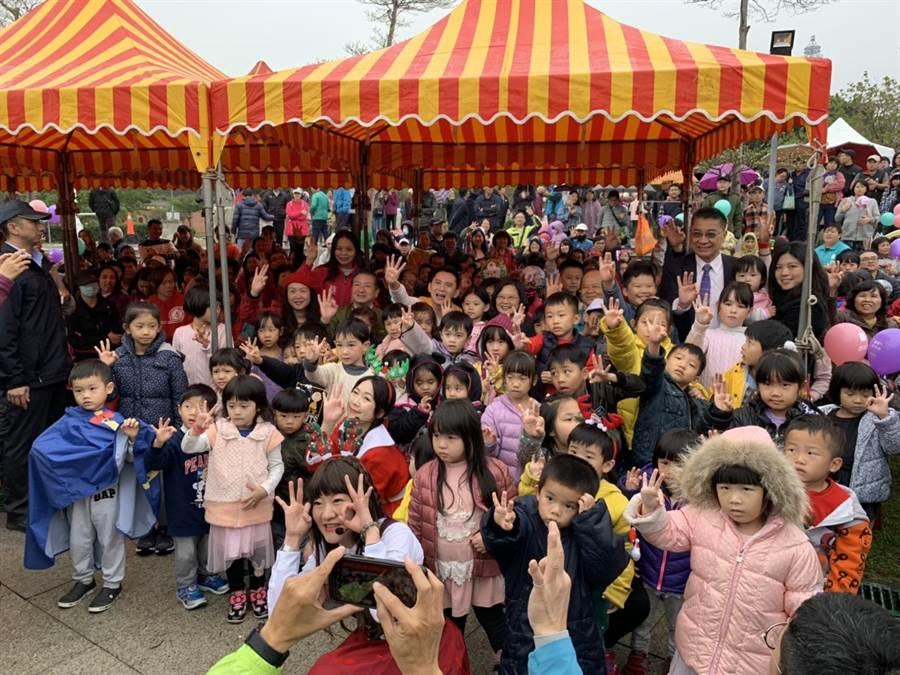 參與童趣方城市活動的大、小朋友人數不少,鄭朝方與蔡英文總統幾乎淹沒於人潮中。(莊旻靜攝)