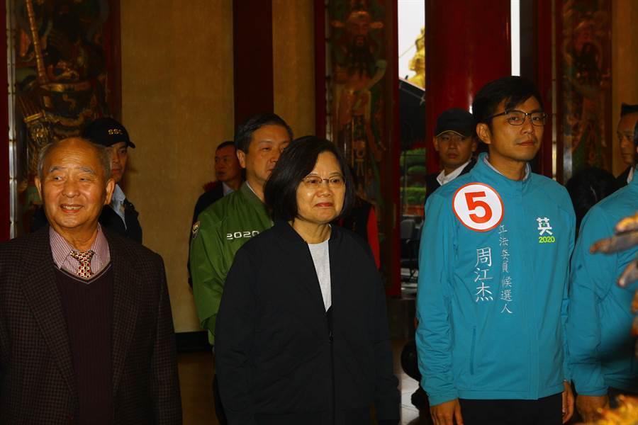 蔡英文總統(左二)21日在新豐普元宮,為新竹縣第一選區立委候選人周江杰(右一)助陣。(莊旻靜攝)