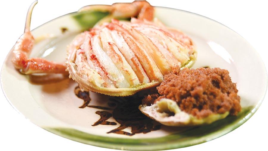 〈月夜岩〉的「活體鱈場蟹懷石料理」,「強肴」是〈香箱蟹〉,廚師將蟹腳肉與蟹膏完整拆出後,舖在蟹蓋上,食客只要舉箸就可以輕鬆夾食,是高檔頂級享受。圖/姚舜