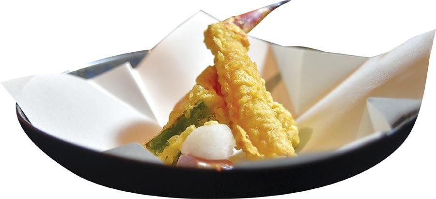 〈月夜岩〉的〈鱈場蟹天婦羅〉是用去了殼的鱈場蟹腳最前段部位,裹上麵衣炸製。圖/姚舜