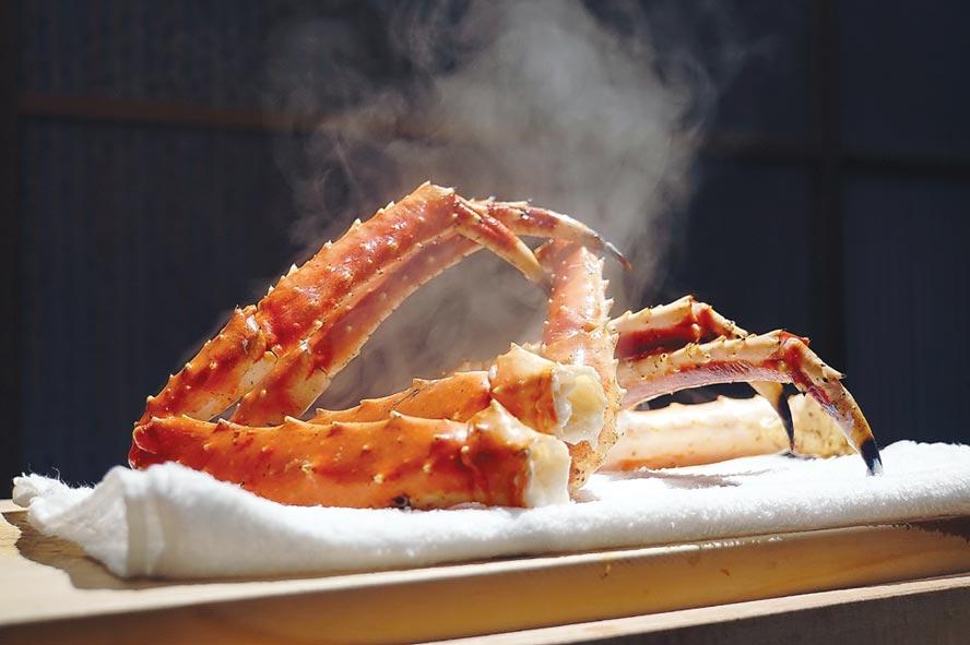 甫從鍋內取出的汆燙鱈場蟹腳,熱氣蒸騰不止,看了誘發食慾。圖/姚舜