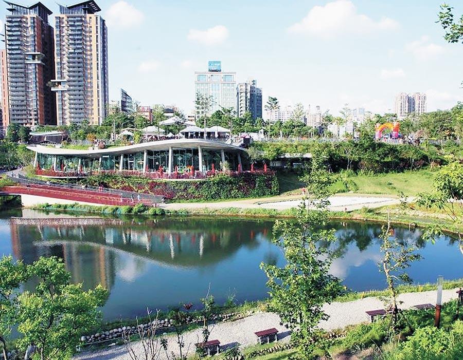 秋紅谷公園為台中特有的凹型市民休閒綠地,占地3公頃多的,擁有湖泊、紅樹、綠草坪、觀景橋。(本報資料照)