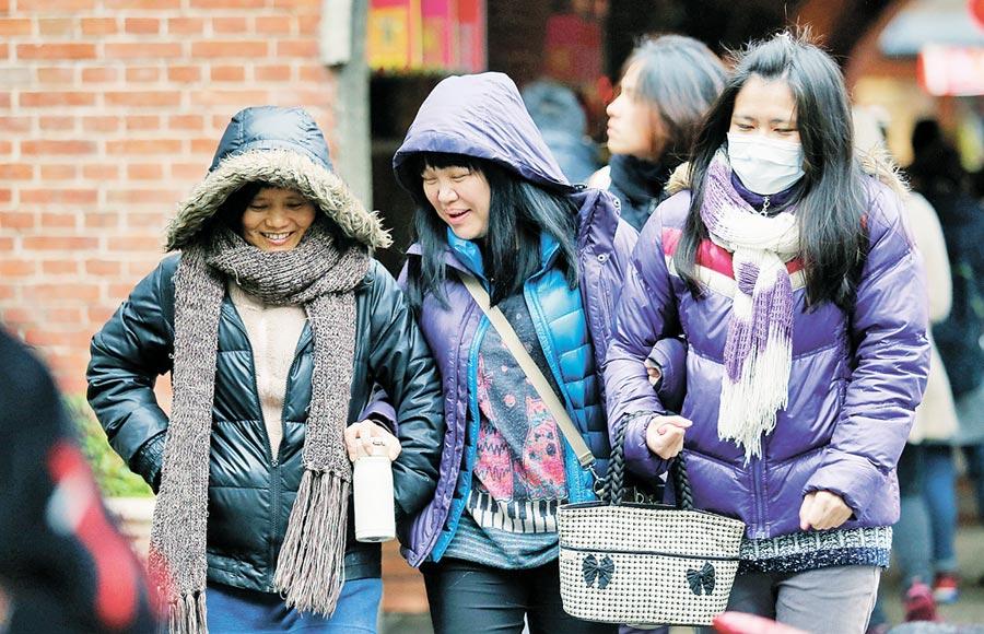 保持身體溫暖以免感冒,外出最好戴上帽子、口罩和圍巾。(本報系資料照片)