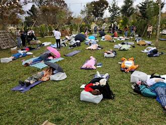 真的躺著賺!寢具業者搞創意 百人躺草皮看誰睡最好