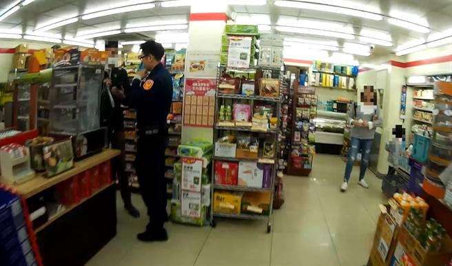 警方在超商及時阻止外籍男大生匯款。(翻攝照片/程炳璋台南傳真)
