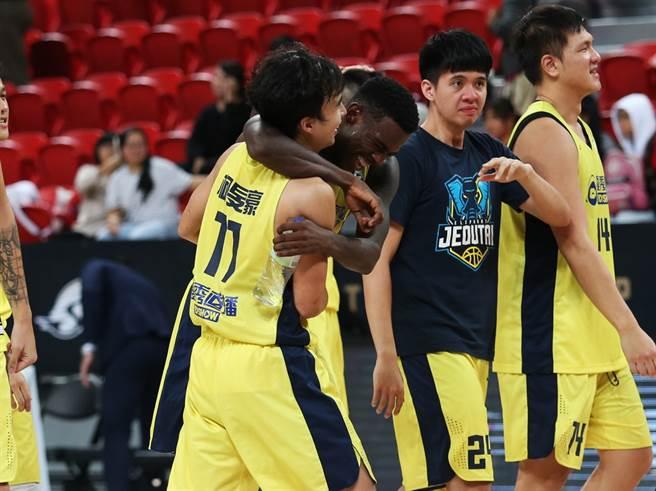 九太洋將賽森賽後跟隊友柯旻豪緊緊抱在一起慶祝勝利。(中華籃協提供/黃及人台北傳真)