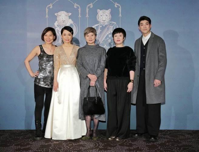 郎祖筠(左起)、柴智屏、李烈、苗可麗等藝人開心合影。(盧禕祺攝)