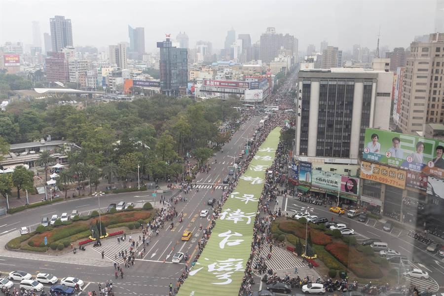 罷韓大遊行隊伍由「光復高雄、保衛台灣」綠色大布條前導。(袁庭堯攝)