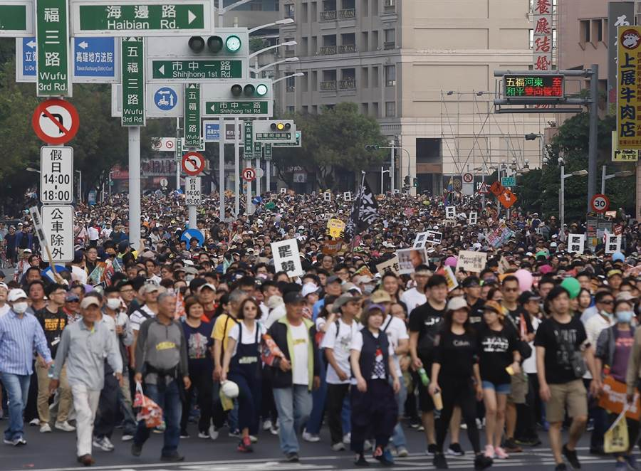 這張罷韓大遊行照片,游淑慧質疑怪怪的。(中央社)