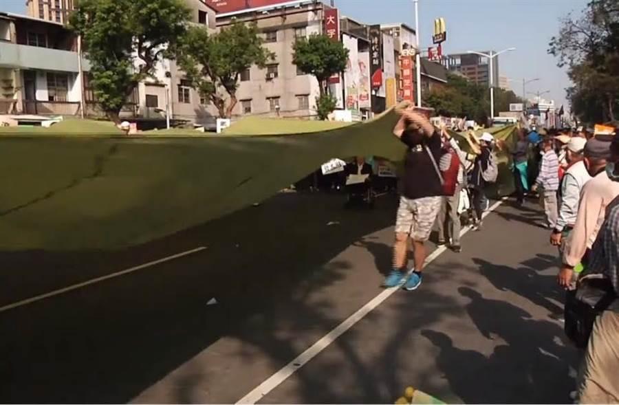 罷韓遊行拉起綠色布幕,韓國瑜批是台灣民主遮羞布。(圖/翻攝韓國瑜臉書)