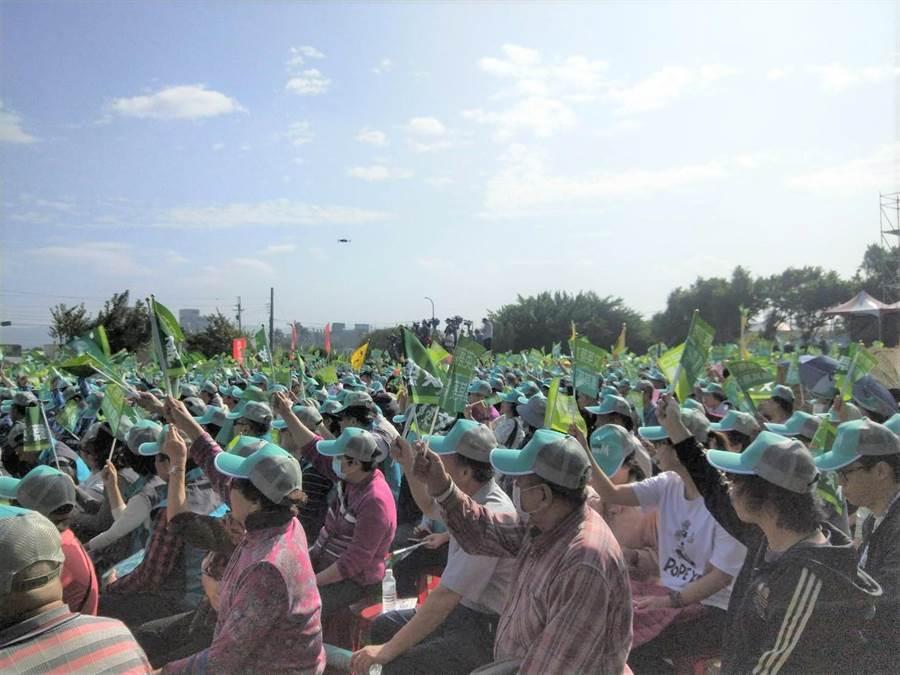 立法院副院長蔡其昌總選總部22日成立,吸引大批民眾湧入搖旗吶喊,現場氣勢如虹。(陳淑娥攝)