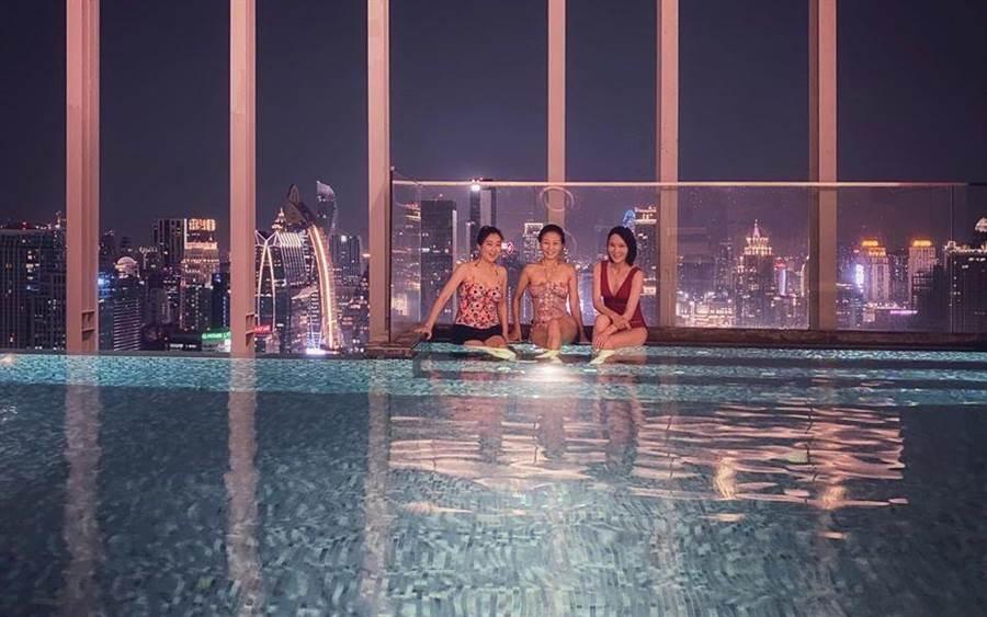 方文琳(中)與林千鈺(右)、胡佩蓮在泰國的飯店內游泳。取自臉書