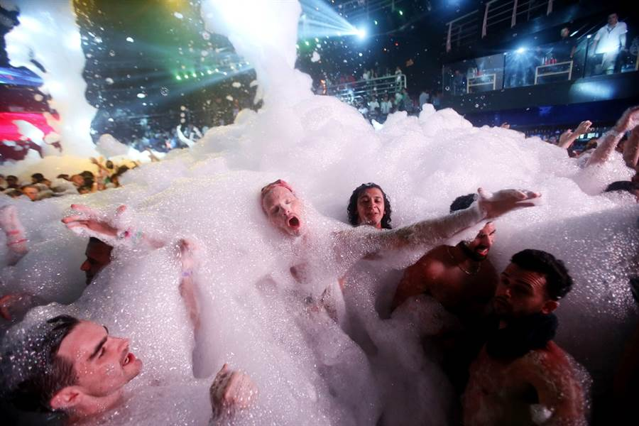 YouTuber烏哈斯和友人在自家進行世界上最大的「大象牙膏」實驗,藍色泡沫大噴發,淹沒了他家後院。圖為示意圖,非烏哈斯的實驗成果。(示意圖/美聯社)
