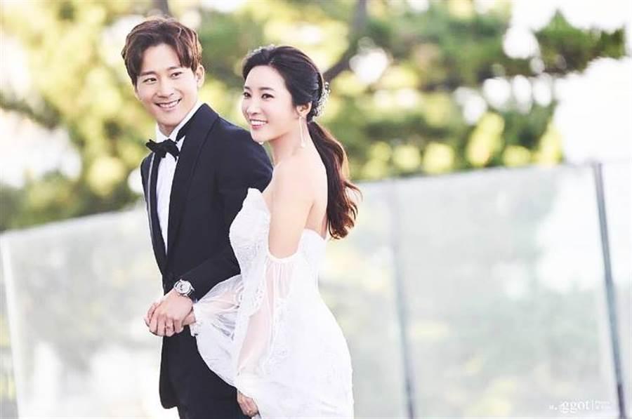 金泰熙的男神帥弟李莞將迎娶韓國高爾夫球天后李寶美,近日也公開了兩人的婚紗照。(圖/翻攝自推特)