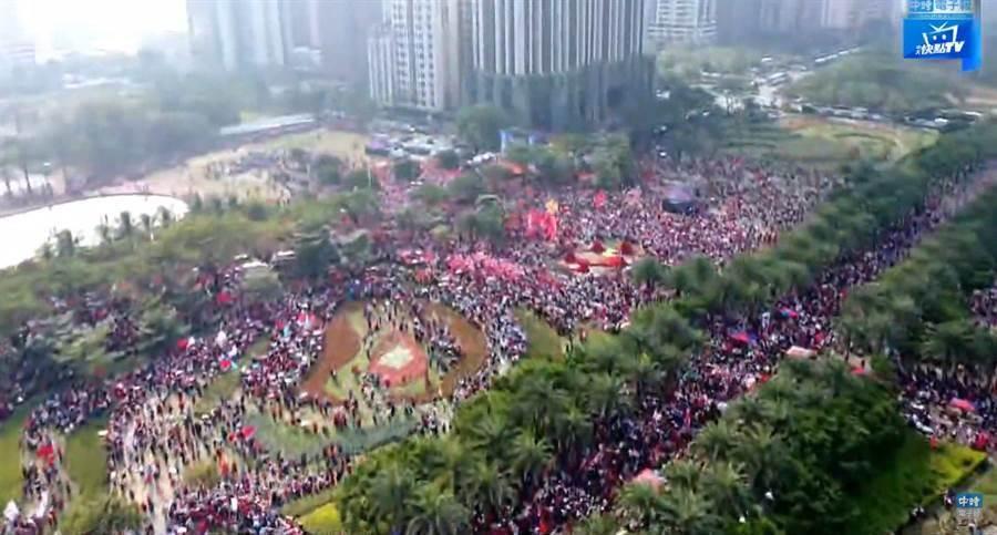 21日挺韓大遊行人潮。(圖/截自中時電子報直播)