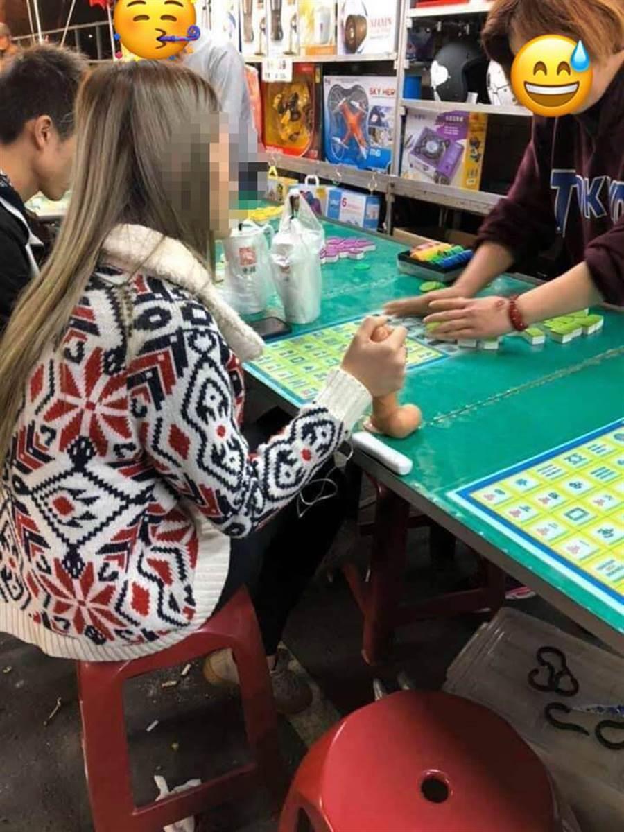 正妹手握「姊夫棒」夜市淡定打遊戲 網友暴動:手排車考照。(圖取自臉書《《加藤軍路邊隨手拍》
