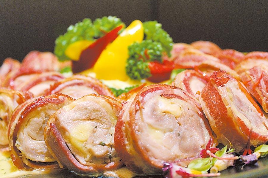 「培根美國雞肉捲」以優格軟化雞肉,搭配獨家香料配方添加風味,外層包裹培根,放入蒸烤箱15分鐘,外酥內嫩,口感絕佳。圖/業者提供